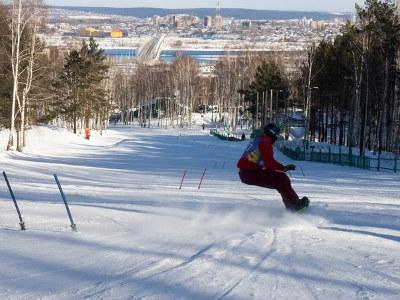 На территории работает кресельный подъемник, прокат спорт инвентаря, ремонт лыж  и сноубордов, ... 5f3a13602bd
