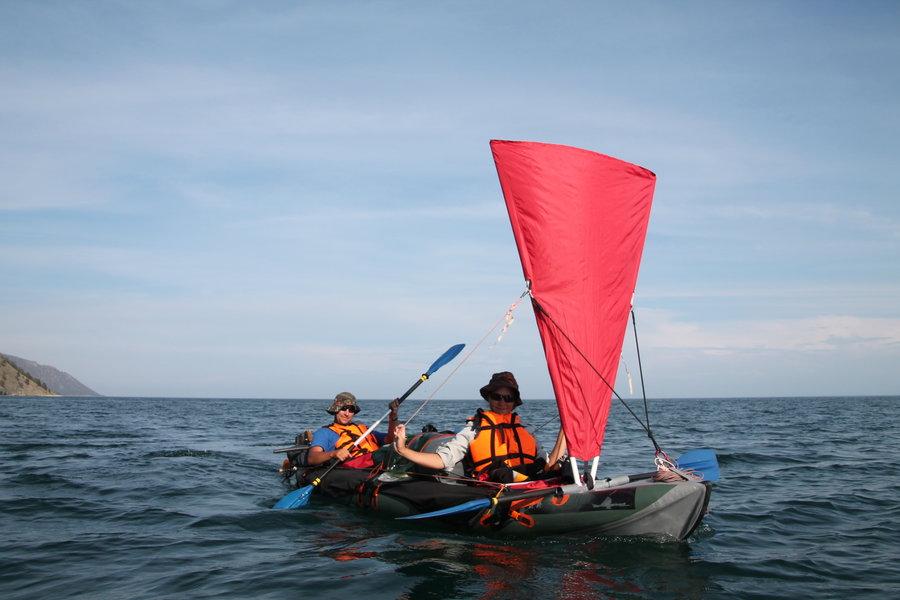 путешествие на лодке с парусом