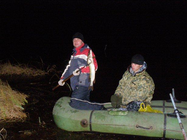 ловля щуки на острогу ночью видео